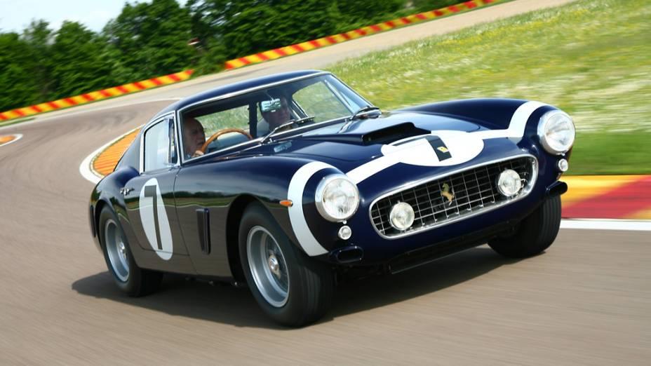Ao volante desta 250 GT Berlinetta SWB (entre-eixos curto), Stirling Moss venceu várias competições em 1961