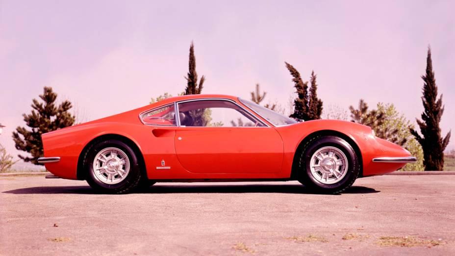 Equipada com um motor V6 central, a Ferrari Dino era uma homenagem a Alfredo Ferrari, filho de Enzo Ferrari, fundador da marca e mais conhecido por Dino. Formado em engenharia mecânica, Dino morreu cedo, aos 24 anos de idade, vítima de distrofia muscular. O modelo 206 GT foi produzido no fim da década de 1960 e soma apenas 152 exemplares