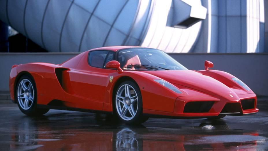 Um dos mais cobiçados superesportivos da Ferrari, a Enzo leva o nome do fundador da marca. Foi produzido entre 2002 e 2004 e trazia tecnologias desenvolvidas na F1, além de um V12 6.0 central de 660 cv capaz de fazer o carro acelerar de 0 a 100 km/h em apenas 3,7 segundos