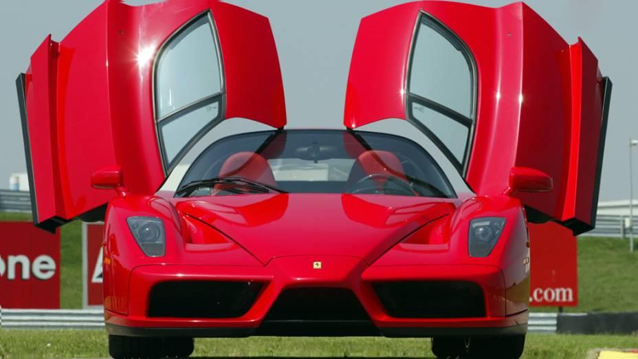 A Enzo causou furor no Salão de Paris de 2002. Inicialmente apenas 349 exemplares seriam produzidos ao preço de 700.000 dólares cada. Mas, após pedidos, a Ferrari decidiu fabricar 50 unidades a mais, totalizando 399 Enzos