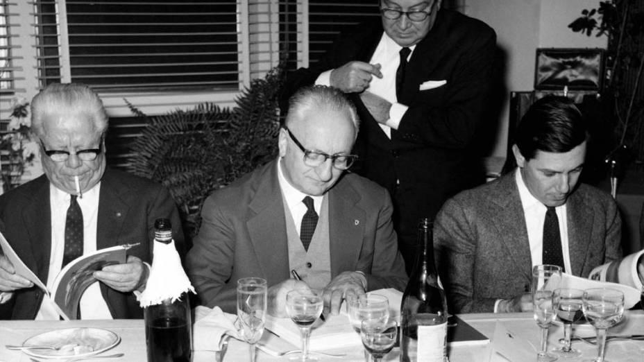Enzo Ferrari, ao centro, e Sergio Pininfarina, à direita, em um dos vários jantares que fizeram juntos