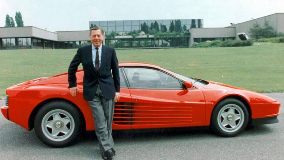 Sergio Pininfarina posa ao lado de uma Ferrari Testarossa