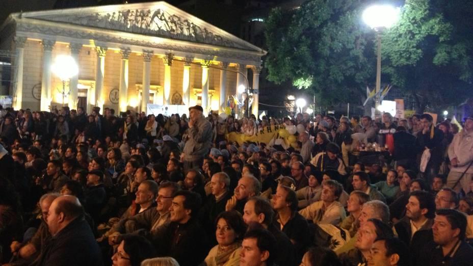 Fiéis assistem à missa inaugural do pontificado de Francisco na Praça de Maio, em Buenos Aires