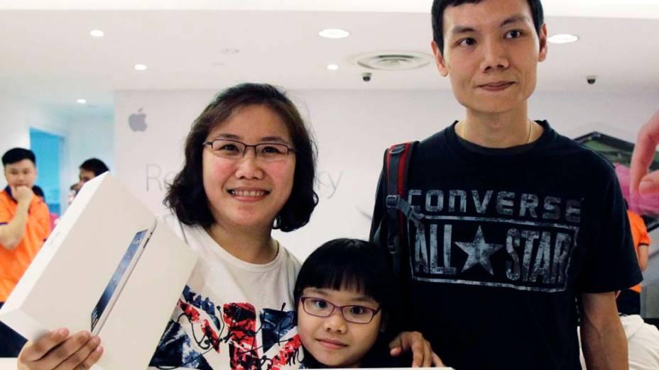 Zhuo Hanling  e sua família na posse do ipad3, em Cingapura