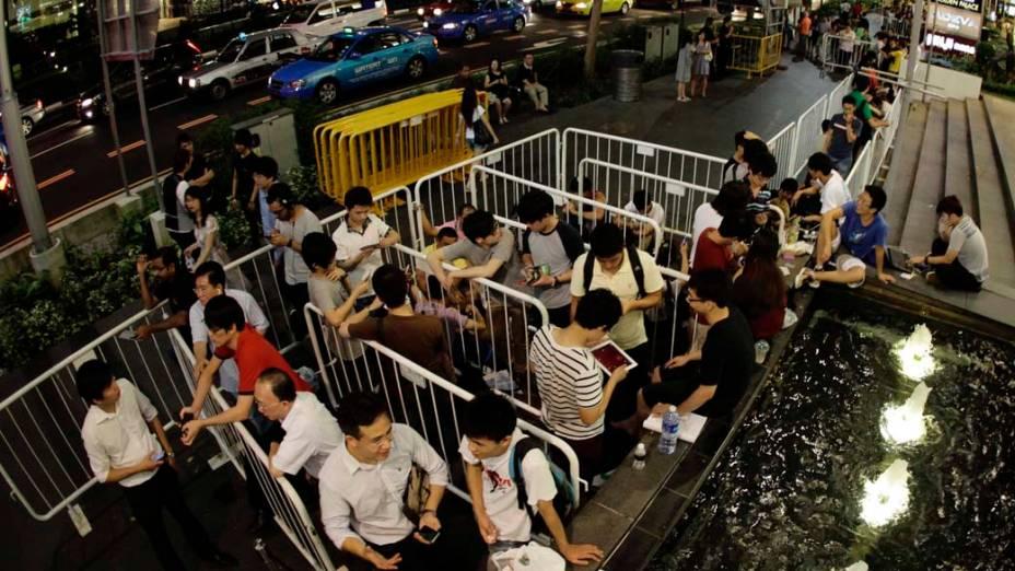 Consumidores na fila da Apple Store de Cingapura