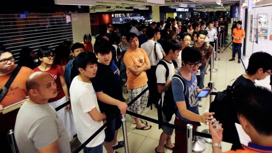 Consumidores fazem fila da Apple Store de Cingapura, para a compra de Ipad3