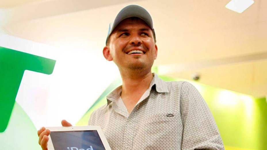 David Tarasenko, empresário, posa com o Novo iPad. Ele foi o primeiro a comprar o tablet na loja da Apple, em Sydney, na Austrália