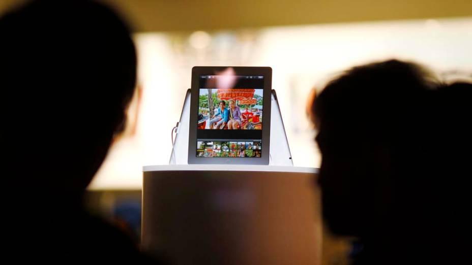 Pessoas admiram Novo iPad em vitrine, na Austrália