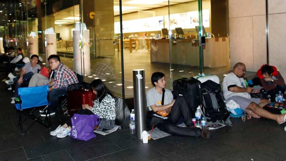 Pessoas esperam na fila para comprar o Novo iPad, em loja da Apple, na Austrália