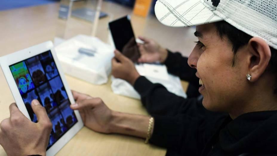 Consumidor testa o novo Ipad no 1º dia de vendas, em Nova York