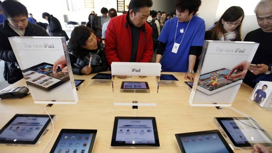 Consumidores na loja da Apple para comprarem o produto, em Hong Kong