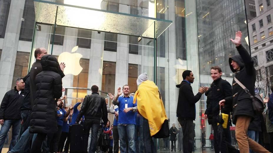 Pessoas fazem fila na Apple store de Nova York, para a compra do novo Ipad