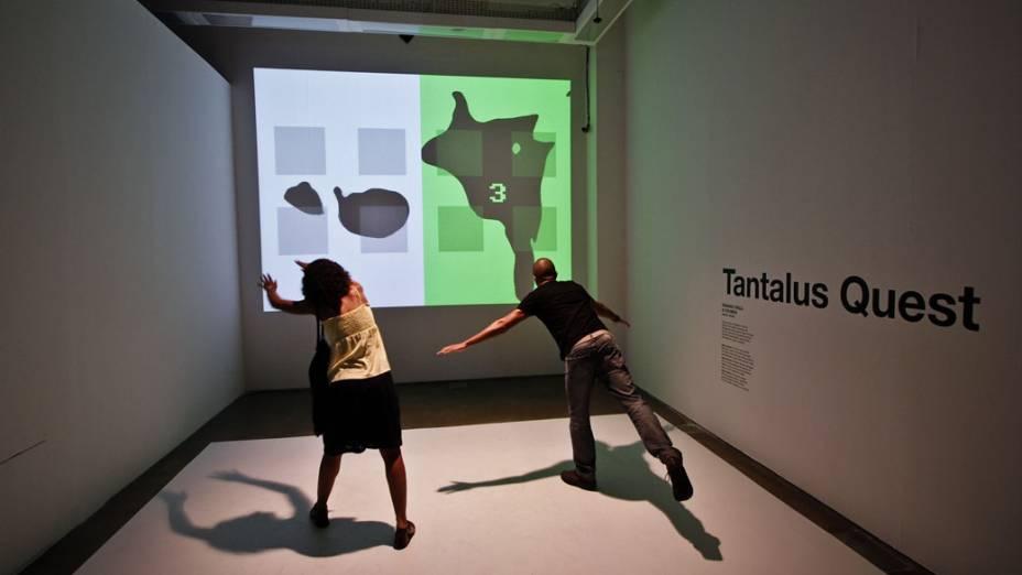 Tantalus Quest, de Fabiano Onça & Colmeia: Alice Garcia Gomes, de 24 anos, e Álvaro Barreto, de 22 anos, usam o corpo para interagirem com trabalho