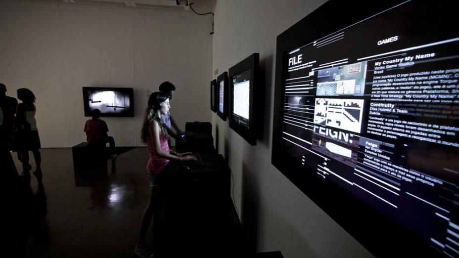 Visitantes jogam games casuais em telas de LCD