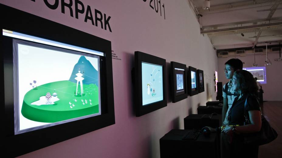 Visitantes jogam game Levers, da série Vectorpark