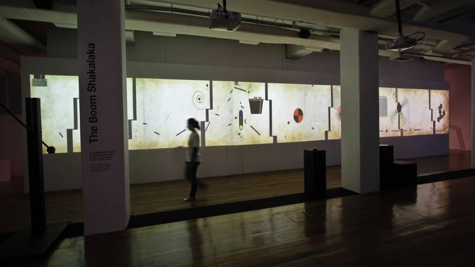 Instalação The Boom Shakalaka, do brasileiro Lucas Werthein e do americano Jason Aston, ocupa toda uma parede da Oi Futuro, local onde acontece a exposição