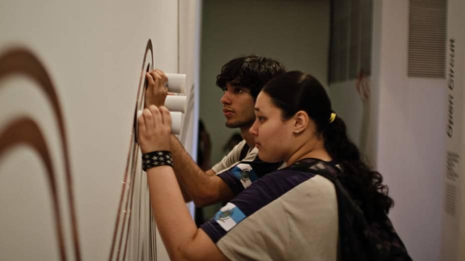 Visitantes interagem com instalação Open Circuit