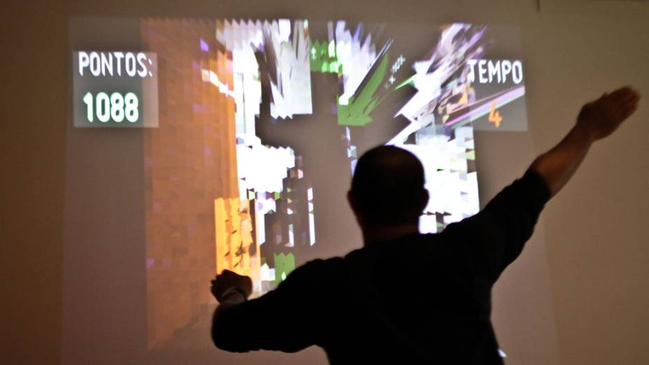 Instalação Virtual Ground, de Andrew Hieronymi, permite que visitantes interajam com tabuleiro digital a partir de visão computadorizada e movimentos do corpo
