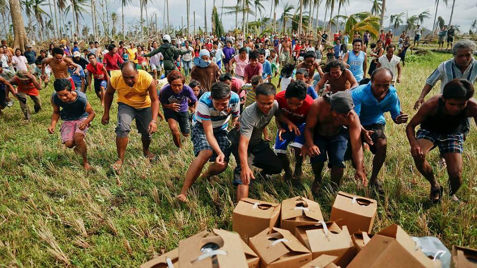 Vitimas do tufão Haiyan disputam por mantimentos entregue por helicóptero da Marinha dos EUA