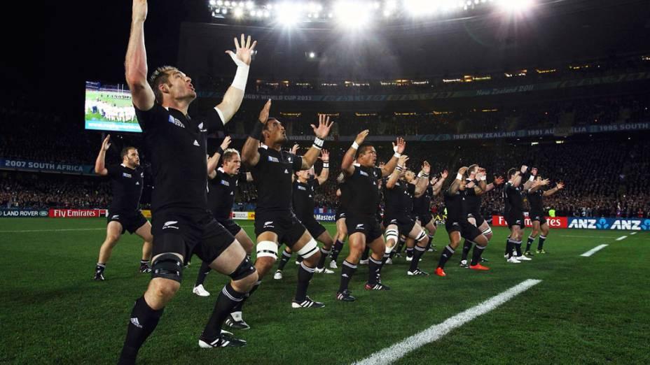 """Jogadores do All Blacks, seleção de rúgbi da Nova Zelândia, fazem a """"haka"""" (dança tradicional usada para intimidar o adversário antes das partidas de rugbi), durante a final da Copa do Mundo 2011"""