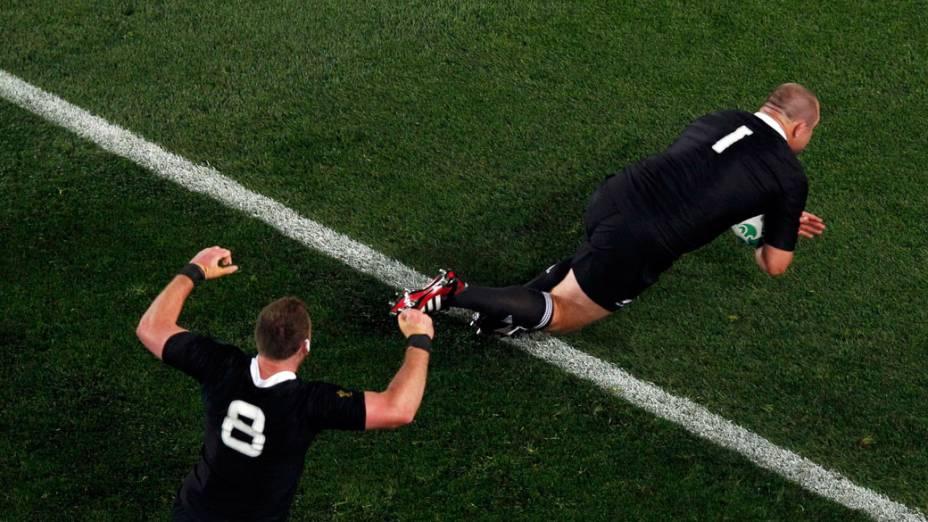 Jogadores do All Blacks, da Nova Zelândia, comemoram ponto durante a partida final da Copa do Mundo de Rúgbi 2011