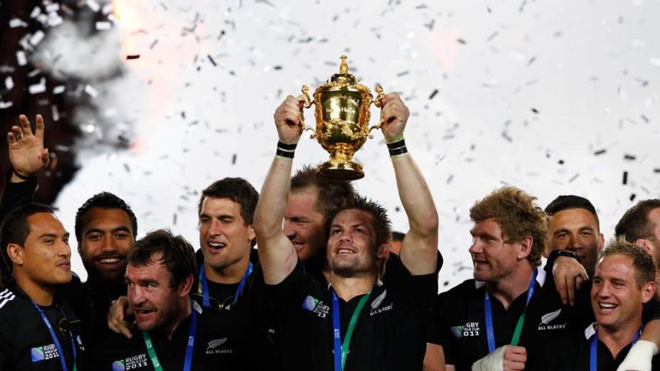 Jogadores ao All Blacks comemoram o título de campeão, após a final da Copa do Mundo 2011, na Nova Zelândia