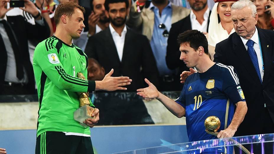 O alemão Neuer cumprimenta Lionel Messi