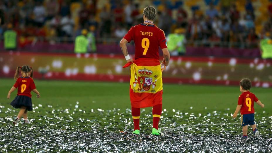 Atacante espanhol Fernando Torres comemora o título da Eurocopa com os filhos