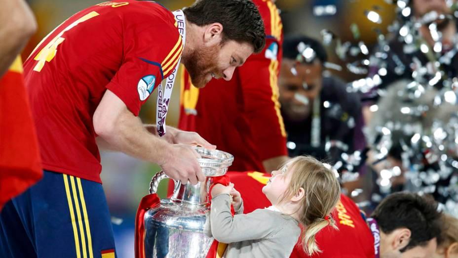 Xabi Alonso comemora o título da Eurocopa