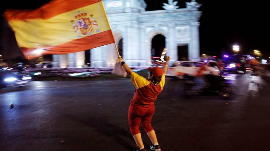 """Torcedora espanhola celebra o título da Eurocopa em frente a """"Puerta de Alcalá"""" em Madri"""