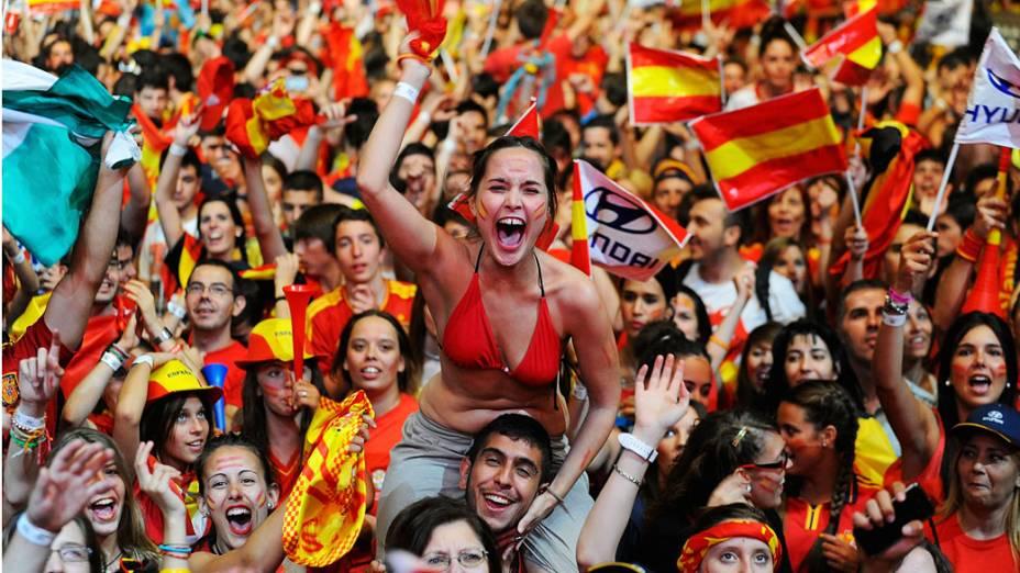 Torcedores espanhois celebram o título da Eurocopa 2012 contra Itália em Kiev, Ucrânia