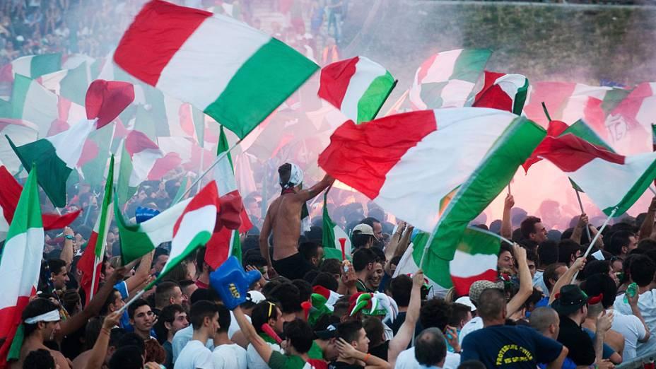 Torcida italiana em Roma, durante partida contra Espanha válida pela final da Eurocopa