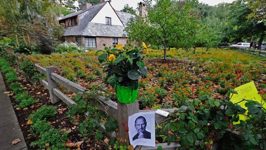 Homenagem em frente a casa de Steve Jobs, em Palo Alto, Califórnia