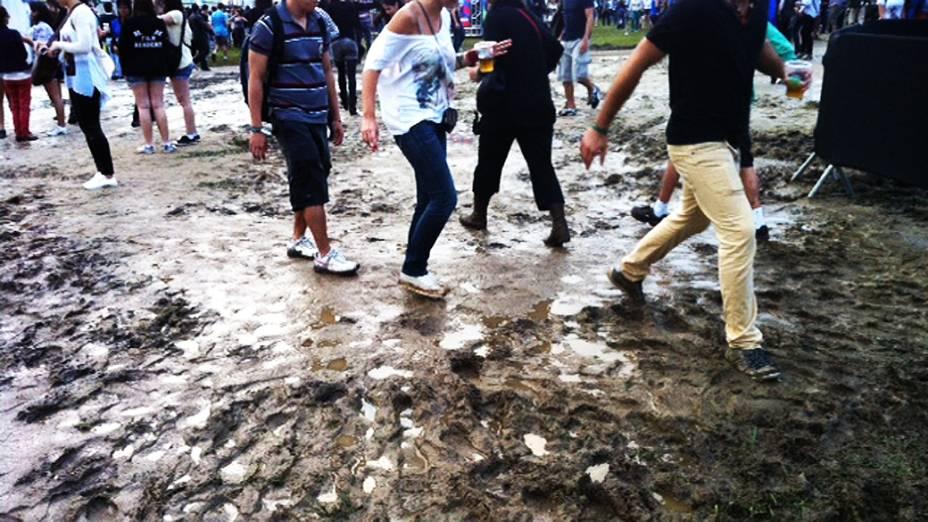 Lollapalooza começa com lama e protesto contra deputado