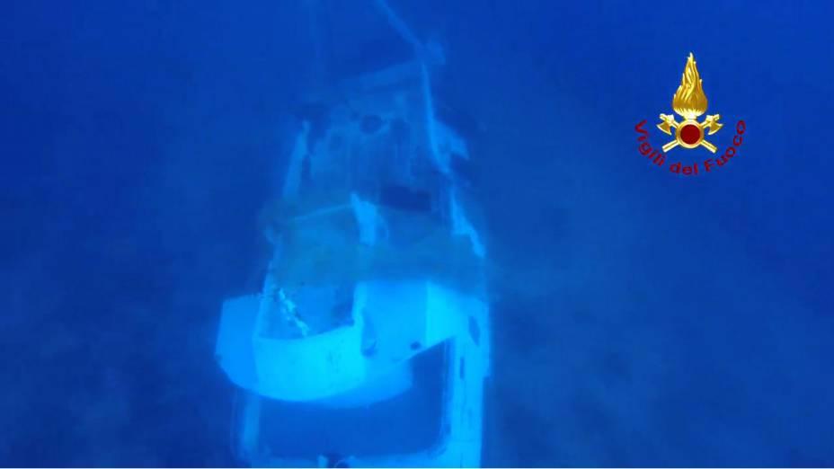 Foto mostra a embarcação de imigrantes que naufragou na Ilha de Lampedusa, ao sul da Itália