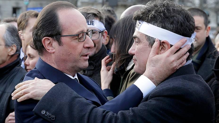 Membros do jornal satírico Charlie Hebdo participam da marcha da República, em Paris, que presta tribute às vítimas dos recentes atos terroristas