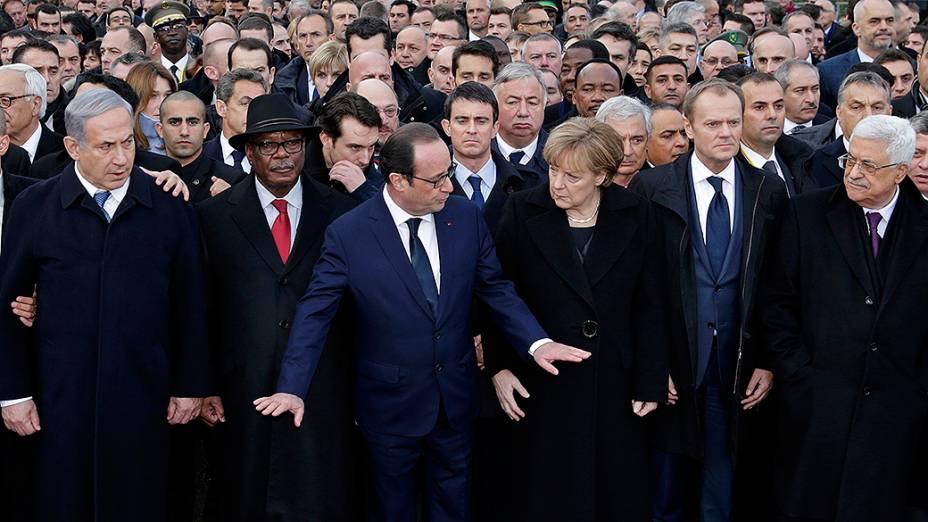 Líderes mundiais desfilam ao lado do presidente francês François Hollande durante a marcha republicana de homenagem às vítimas do terrorismo