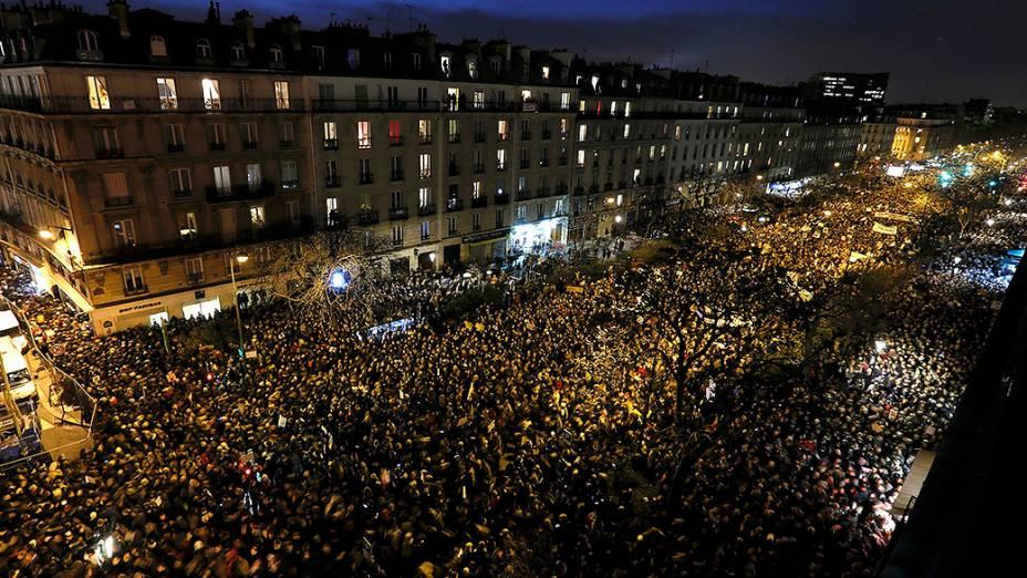 Milhares de pessoas participam de Marcha contra o terrorismo em Paris, neste domingo (11)