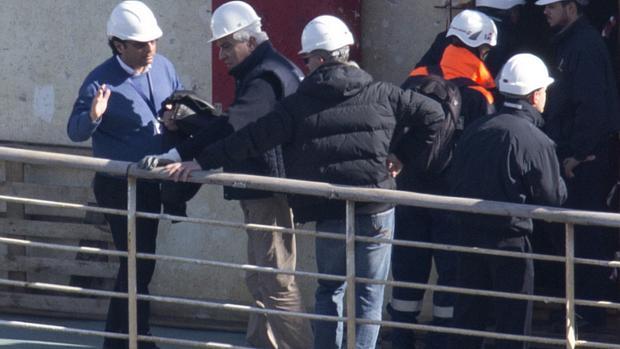O capitão Francesco Schettino (esq) acompanha vistoria no Costa Concordia dois anos depois do naufrágio que deixou 32 mortos