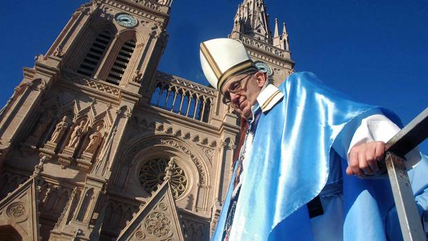 O cardeal Jorge Mario Bergoglio na Basílica de Lujan, na Argentina