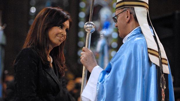 A presidente argentina Cristina Kirchner e o cardeal Jorge Mario Bergoglio na Basílica de Lujan, em 2008
