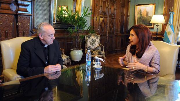 A presidente Cristina Kirchner e o cardeal Jorge Mario Bergoglio, na Argentina