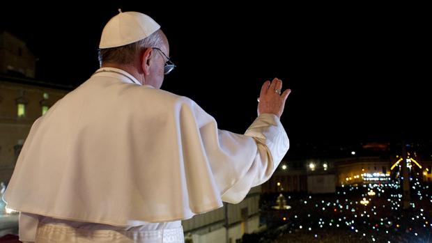 Papa Francisco acena para fiéis, no Vaticano