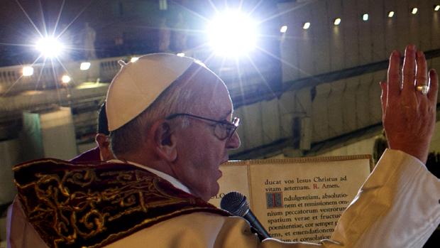 Papa Francisco reza com fiéis, no Vaticano