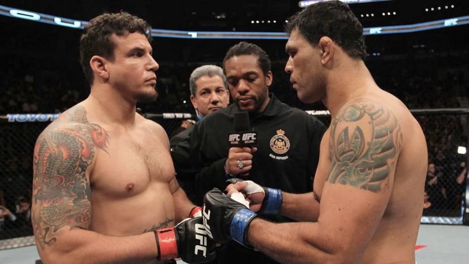 Frank Mir e Rodrigo Minotauro se cumprimentam antes do combate no UFC 140