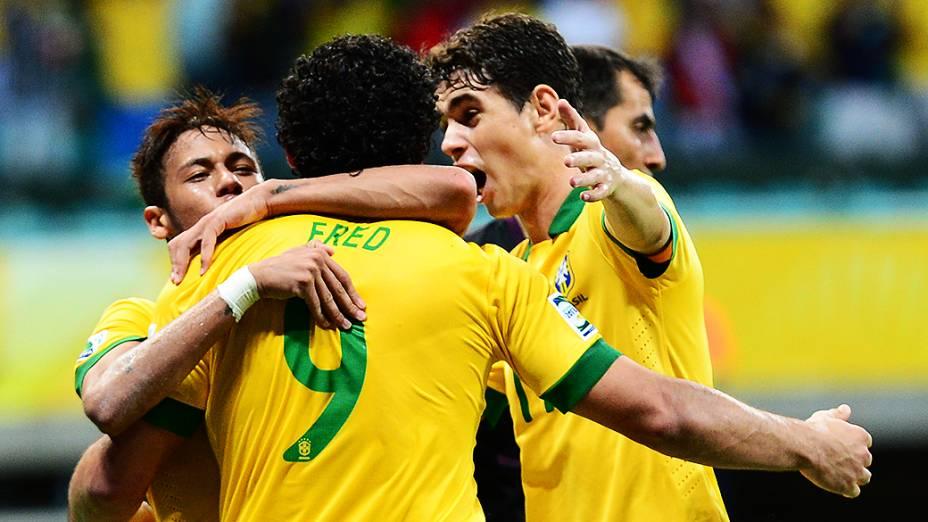 Jogadores do Brasil cumprimentam Fred pelo gol contra a Itália, pela Copa das Confederações, em Salvador
