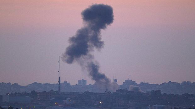 Fumaça é vista após bombardeio no norte da Faixa de Gaza