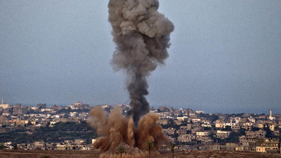 Fumaça produzida por ataque aéreo israelense em Gaza nesta sexta-feira