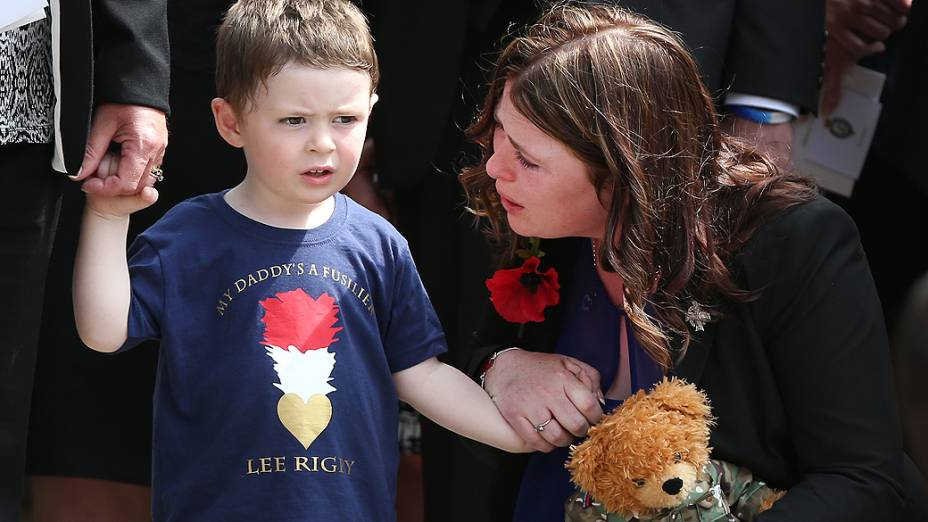 Jack Rigby, 2, consolado por sua mãe Rebecca durante o funeral de seu pai, o fuzileiro Lee Rigby, morto em maio, após ser atacado por dois homens em Woolwich