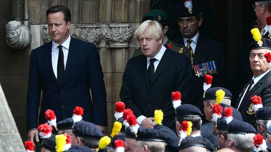O Primeiro-ministro britânico David Cameron e o prefeito de Londres, Boris Johnson deixam Igreja Paroquial em Bury seguindo o funeral do fuzileiro Lee Rigby, nesta sexta-feira (12/07/2013)
